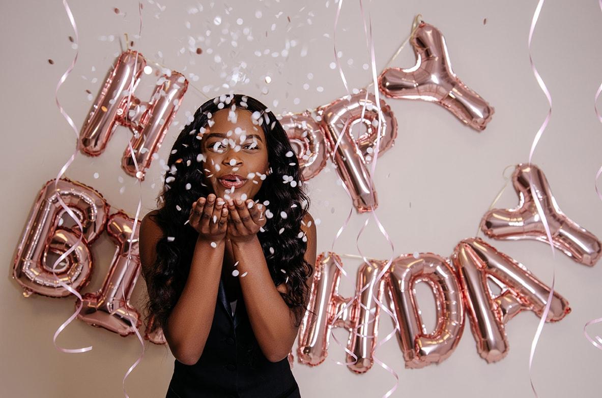 verjaardag blowing confetti