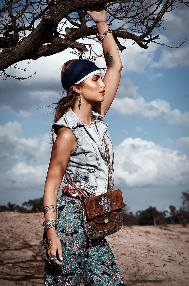 Bohemian vrouw met een schoudertas-soloshoot